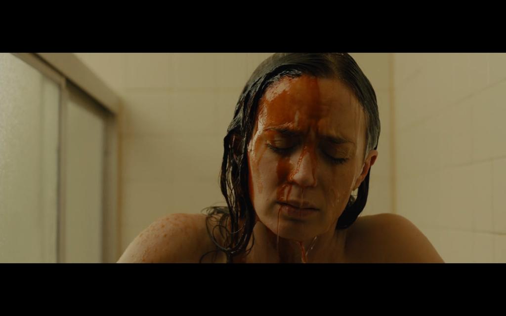 Kate, el personaje de Emily Blunt, se verá envuelta en un entorno de mentiras donde nada es lo que parece. ¿Suena típico? Porque lo es.
