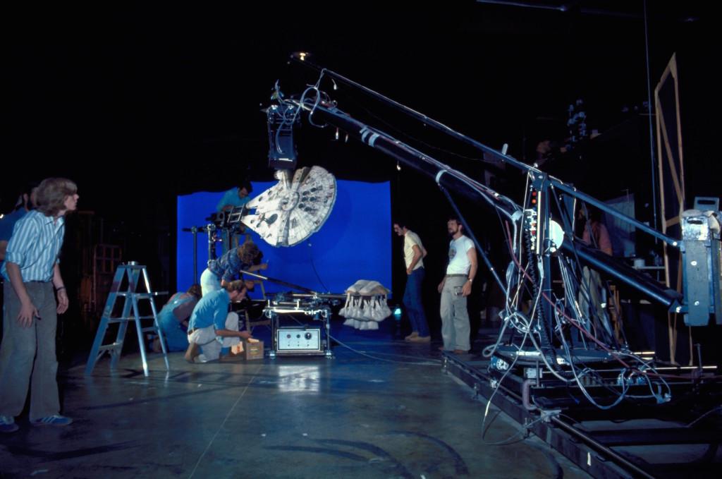 El equipo de 'Star Wars', filmando una de las primeras maquetas del Halcón Milenario
