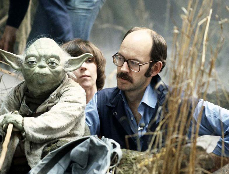Jim Henson, creador de Yoda, junto a su maqueta.