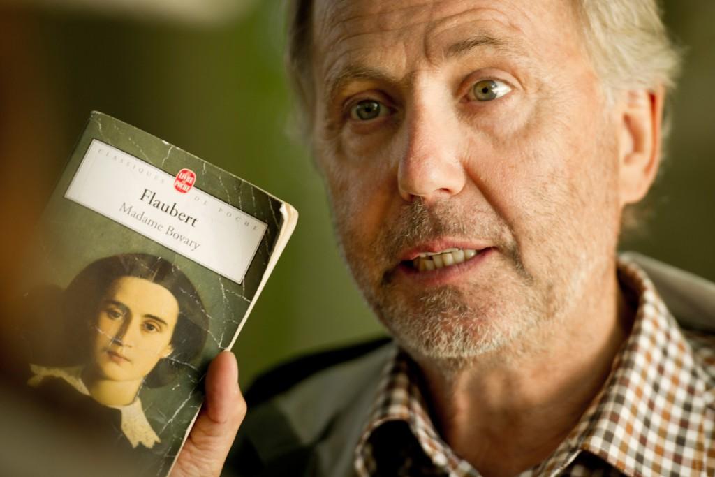 Martin Joubert (Fabrice Luchini) sostiene el ejemplar de 'Madame Bovary' que prestará a Gemma Bovery (Gemma Arterton)